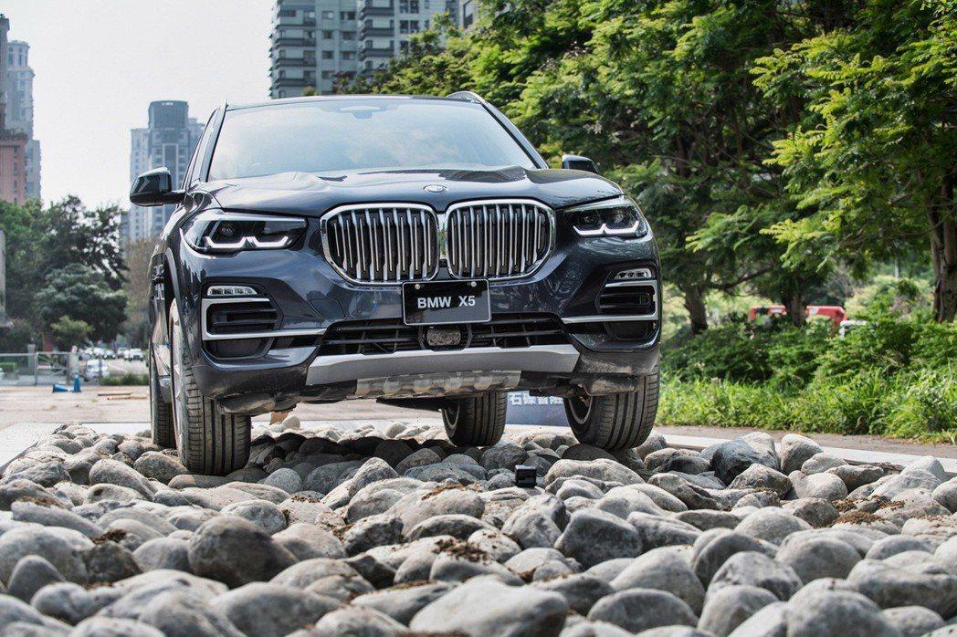 全新世代BMW X5搭載xOffroad全地形越野套件,兼具豪華舒適與越野實力。...