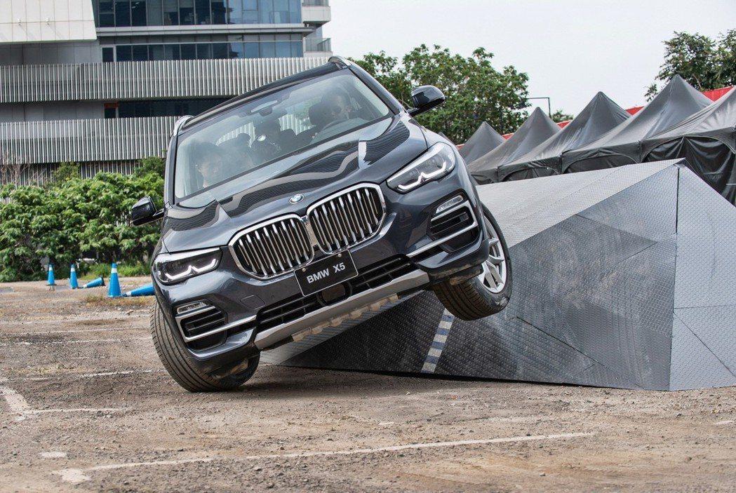BMW xDrive智慧型可變四輪傳動系統,展現優越循跡性與抓地力。 圖/汎德提...