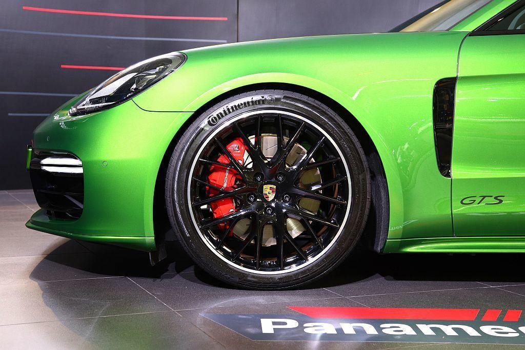 保時捷Panamera GTS車型的底盤高度降低10mm,搭配尺寸加大的煞車系統...