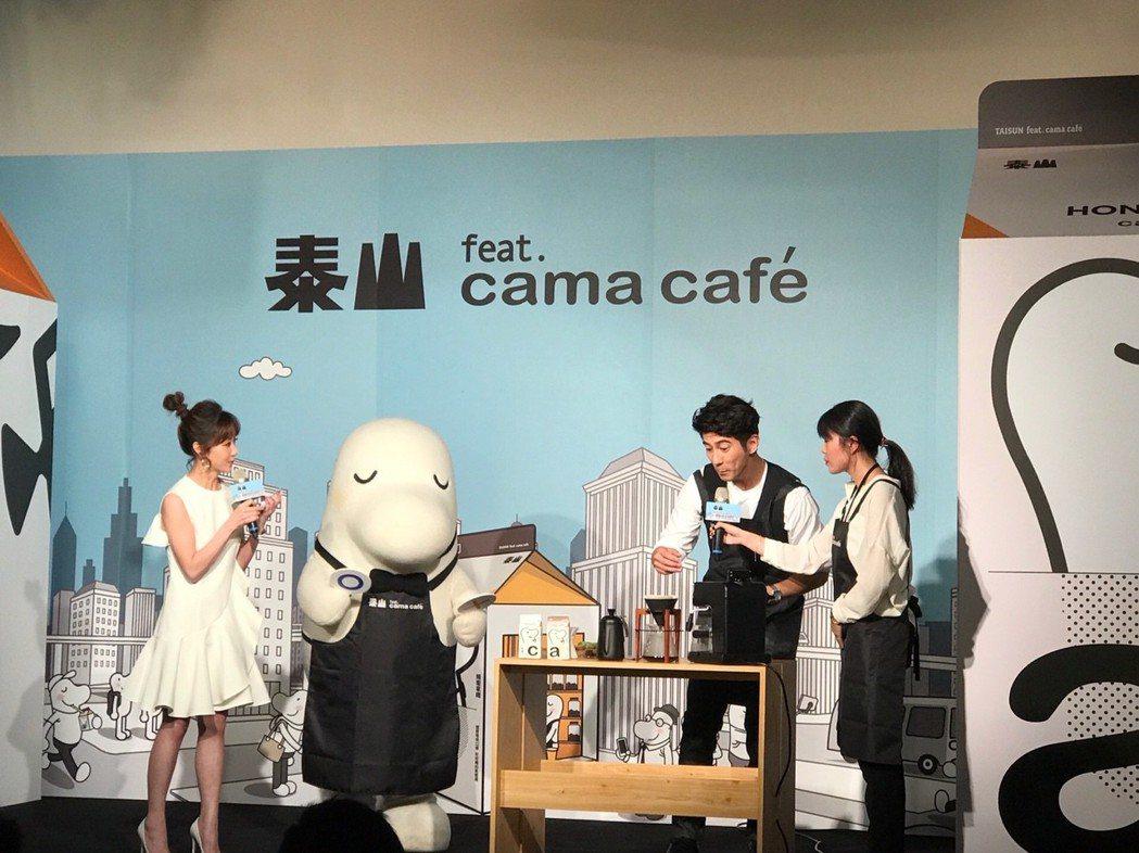 暖心男神修杰楷(右二)化身咖啡專業大使,在泰山 feat. cama café發...