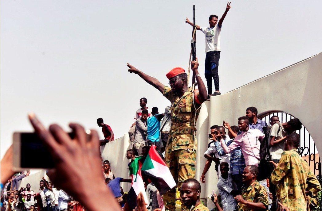 「犯下反人類罪的獨裁者巴席爾(Omar Bashir)下台被捕了!」 圖/法新社