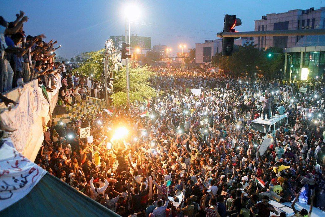 蘇丹的反政府示威,一開始是由醫師與律師公會連合發起,初始訴求從「穩定糧價」到「反...