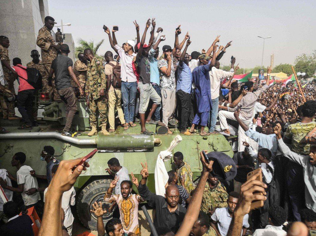 蘇丹民間質疑,軍方政變所組成的「過渡政府」,其骨幹成員過去都是替巴席爾為虎作倀的...
