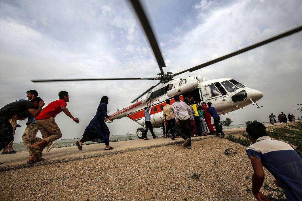 因為經濟制裁導致資源封鎖,伊朗的直升機與其他設備難以更新,導致救援進度緩慢。 圖...