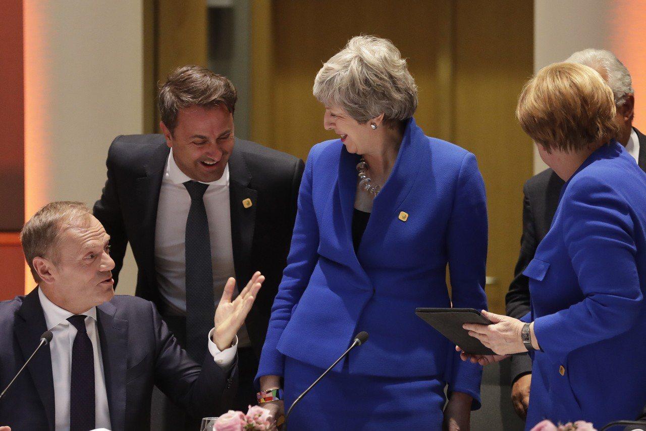 英國首相梅伊(中)可望與歐盟理事會主席圖斯克(左一)會面,討論將英國脫歐期限延至...