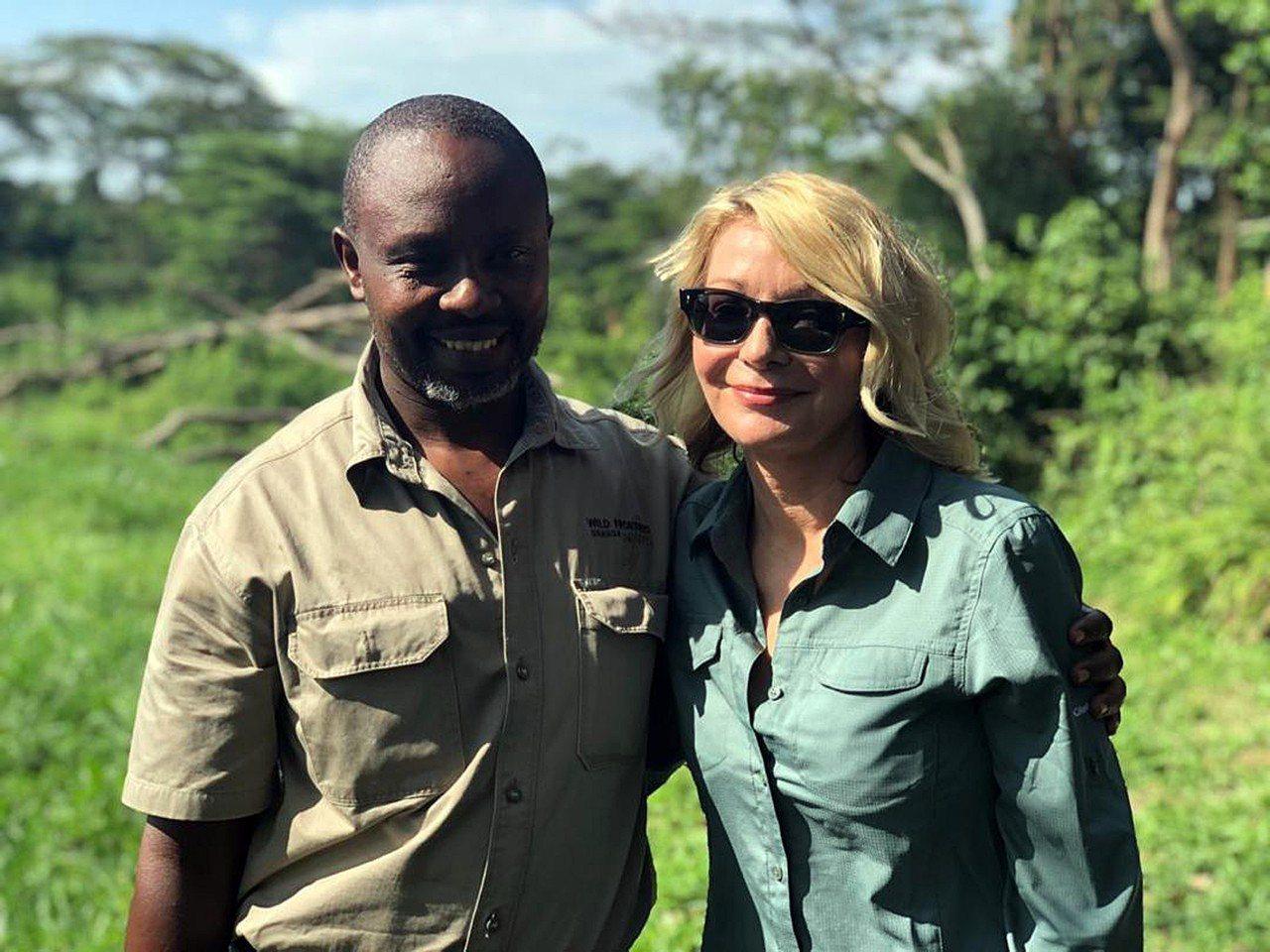 美國遊客金柏莉‧恩迪柯特(右)與導遊在烏干達旅遊時遭綁架,在他們獲救後,美國國務...