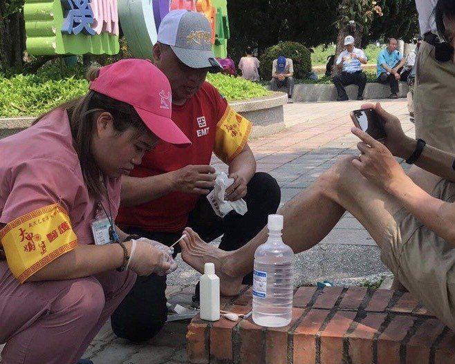 跟著媽祖遶境,隨行醫療團隊發現,腳起水泡和中暑的人比較多。圖/光田綜合醫院提供