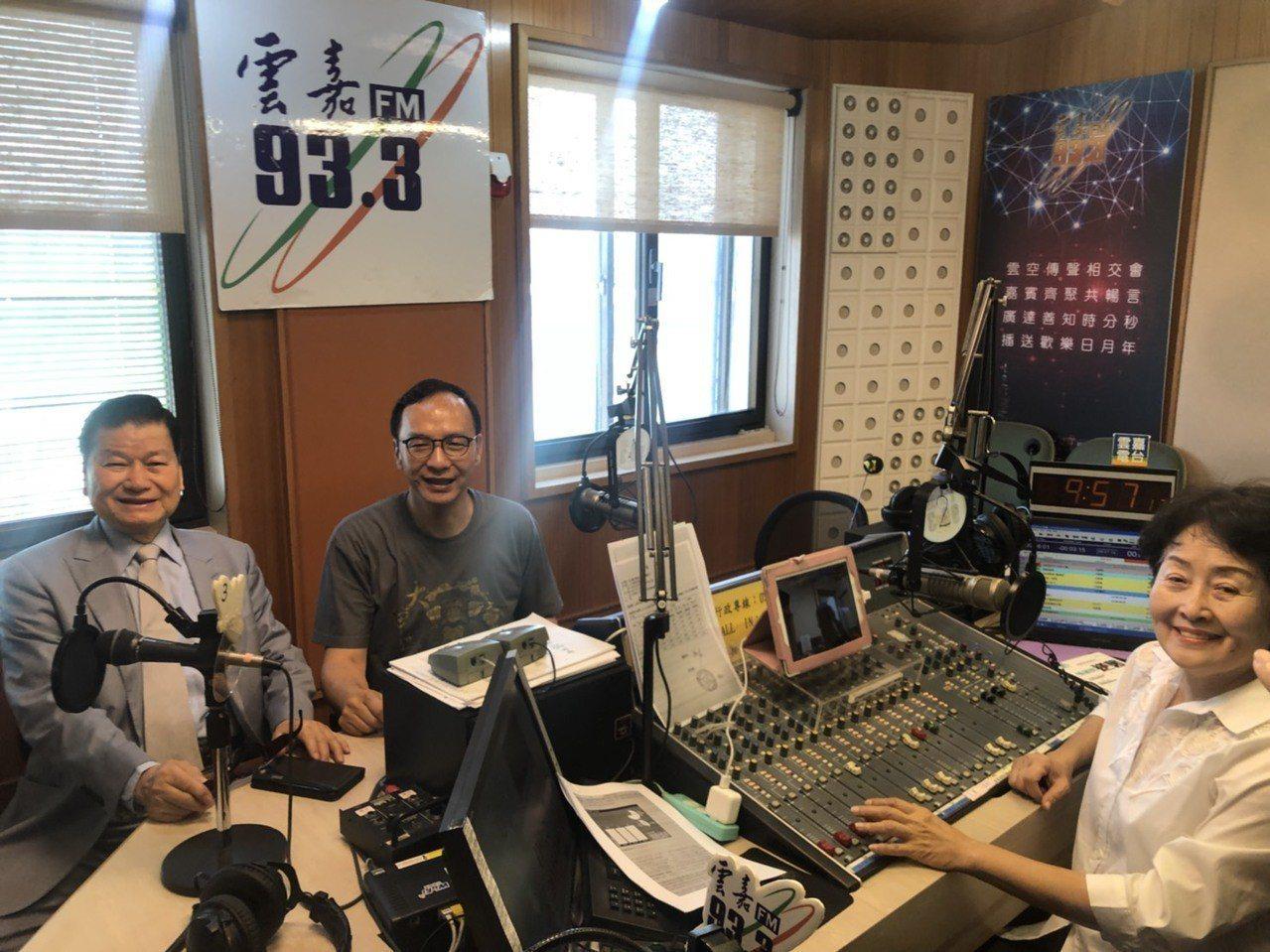 新北市前市長朱立倫(左二)接受電台專訪。記者李承穎/攝影