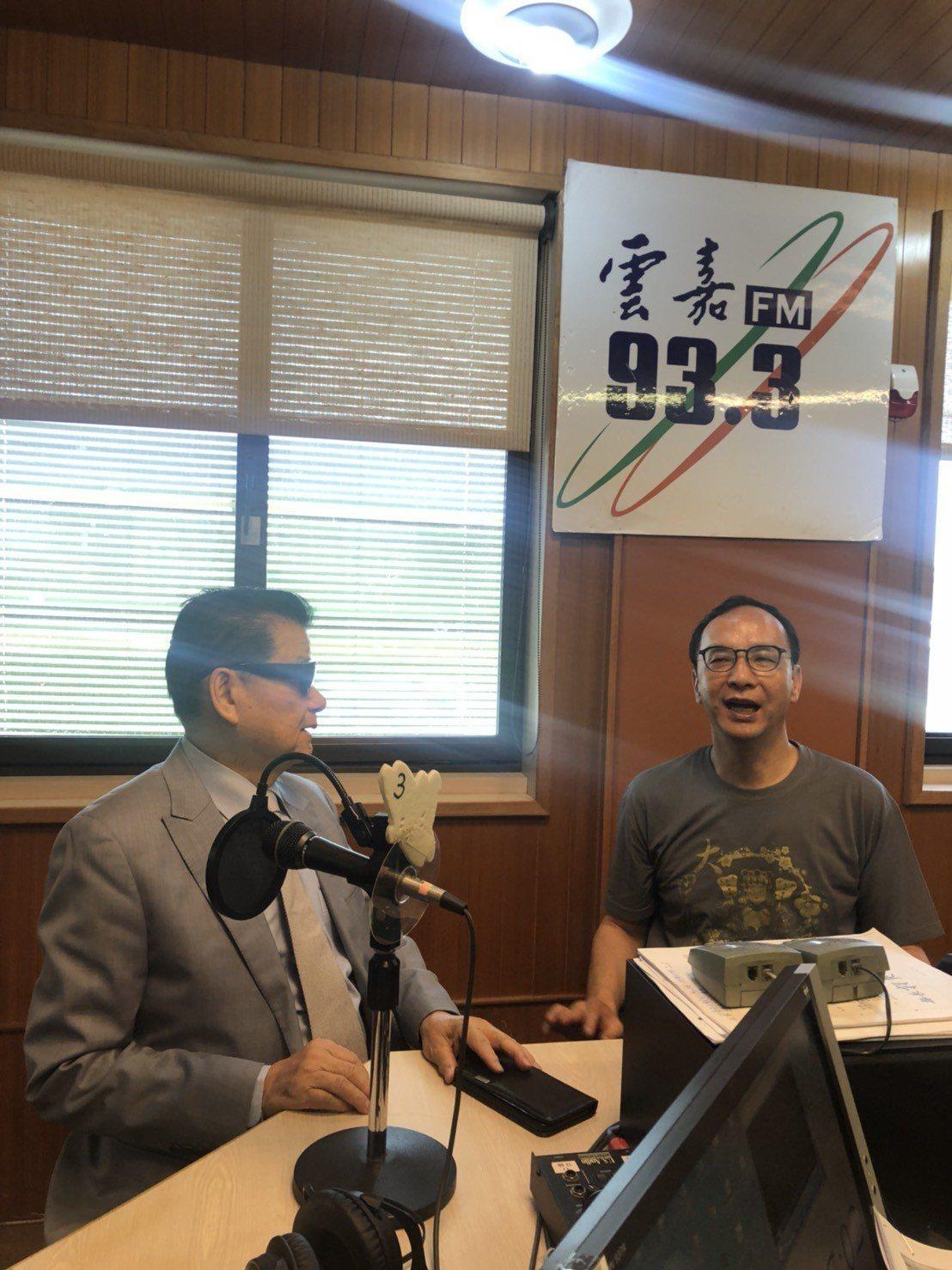 新北市前市長朱立倫(右)接受電台專訪。記者李承穎/攝影