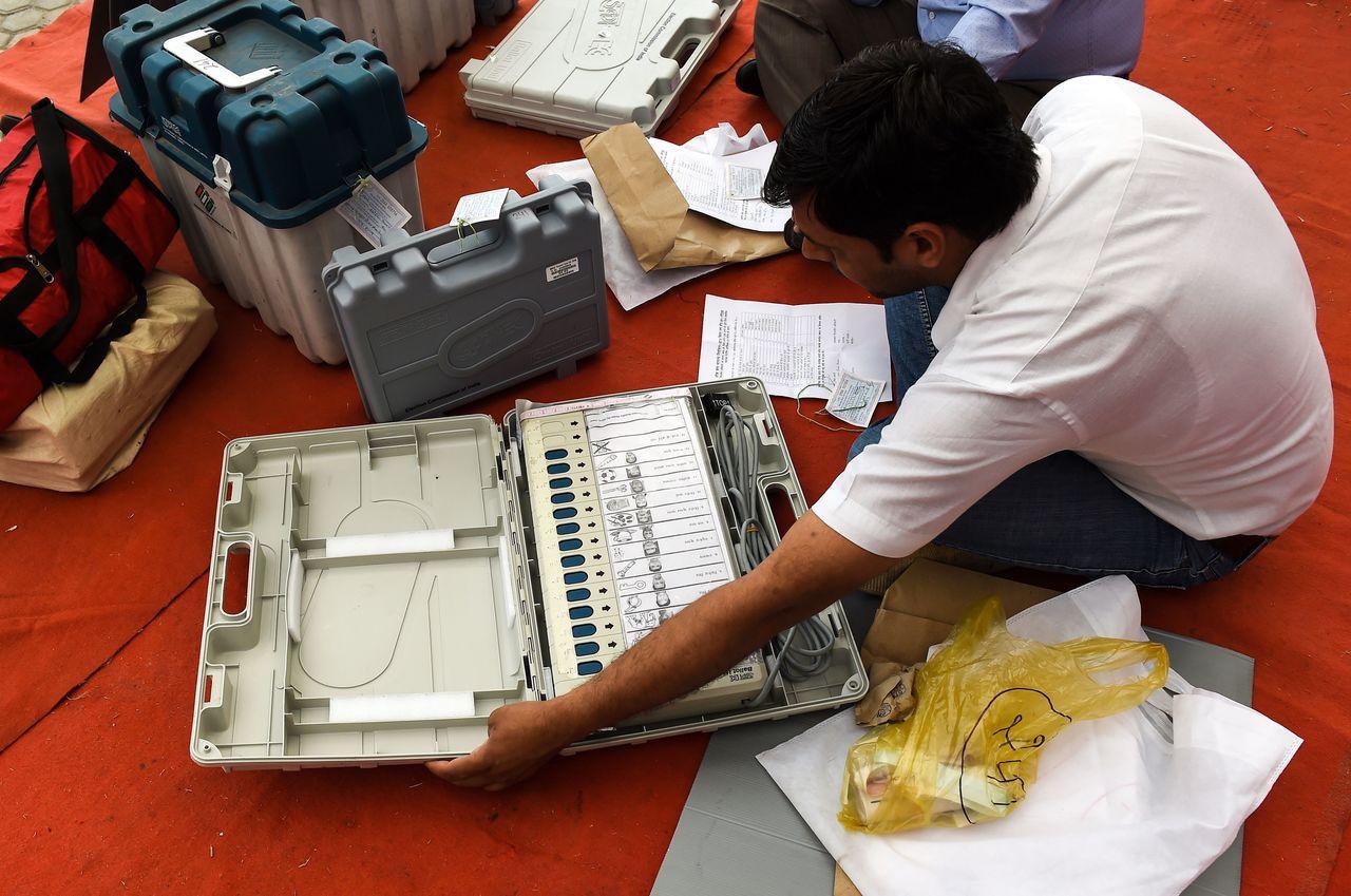 印度11日起舉辦下議院選舉,投票民眾使用的電子投票機上,除了有候選人姓名,還有政...