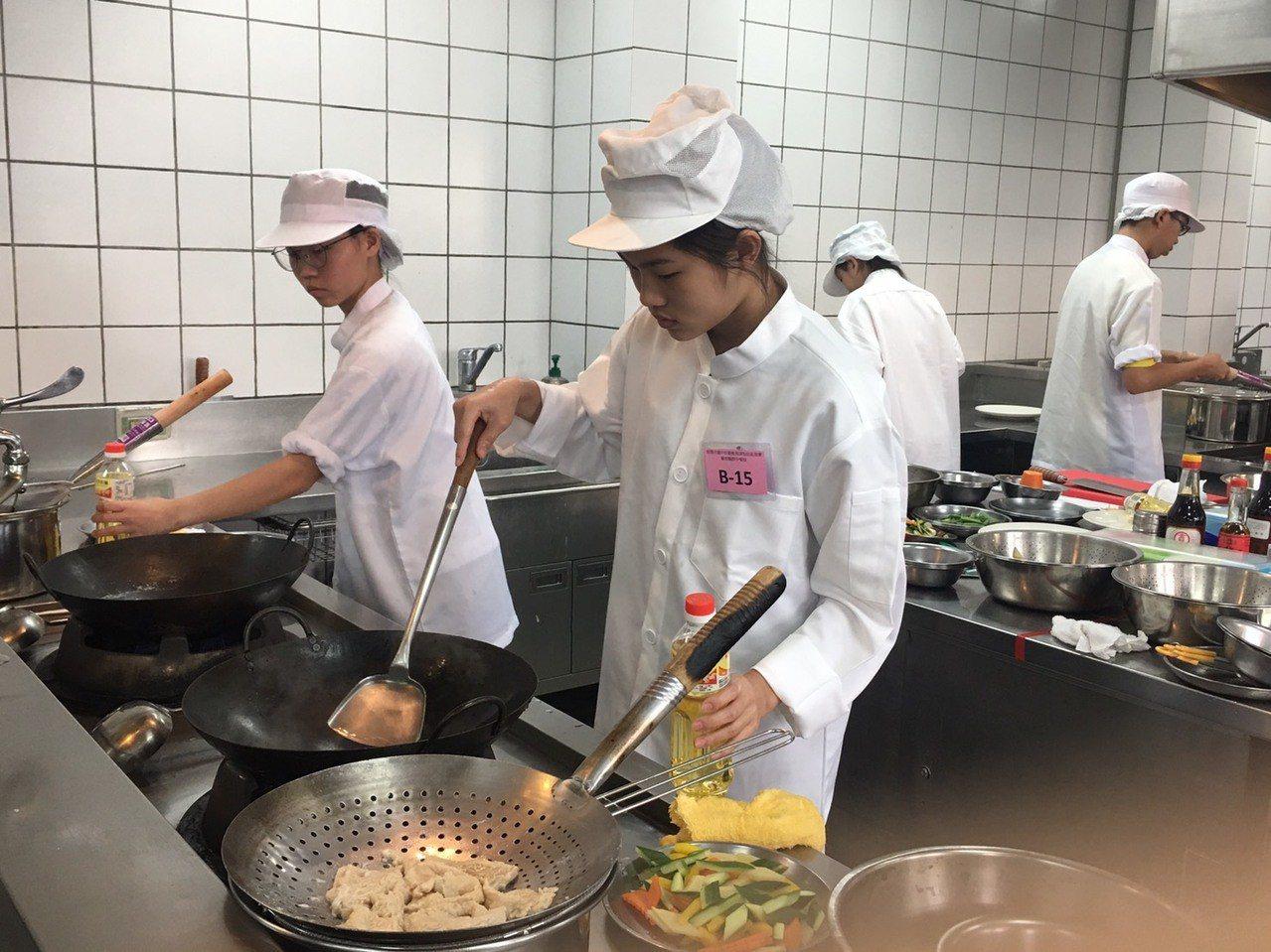 烹調過程火侯和時間都是要訣。記者鄭國樑/攝影