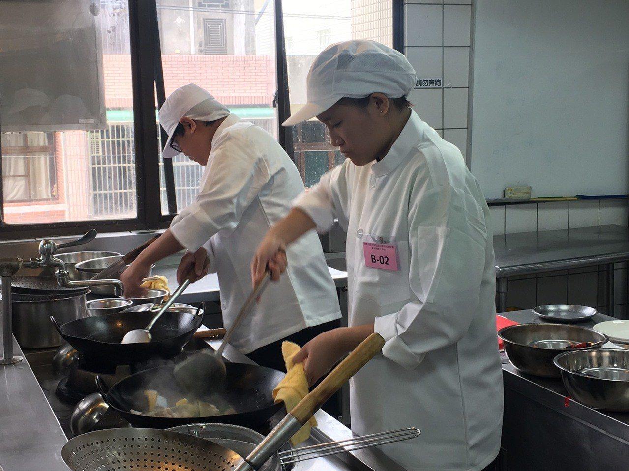 桃園市國中技藝教育競賽選手要像主廚般獨自完成料理。記者鄭國樑/攝影