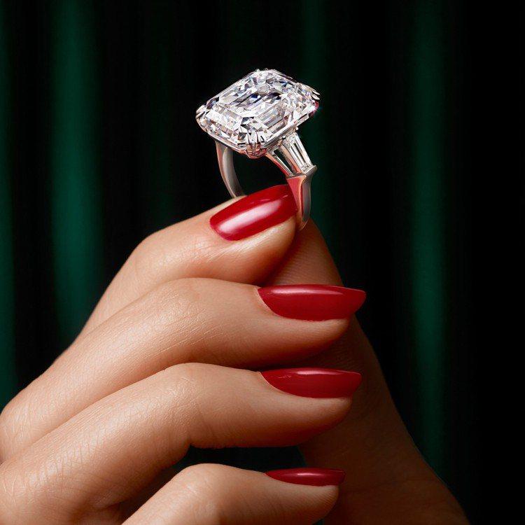 Lesedi La Rona鑽石原石切割出的66顆鑽石均有雷射鐫刻並有在販售,例...