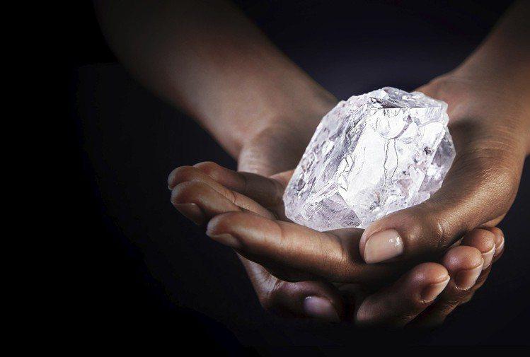 格拉夫於2017年底宣布購入1,109克拉的Lesedi La Rona鑽石原石...