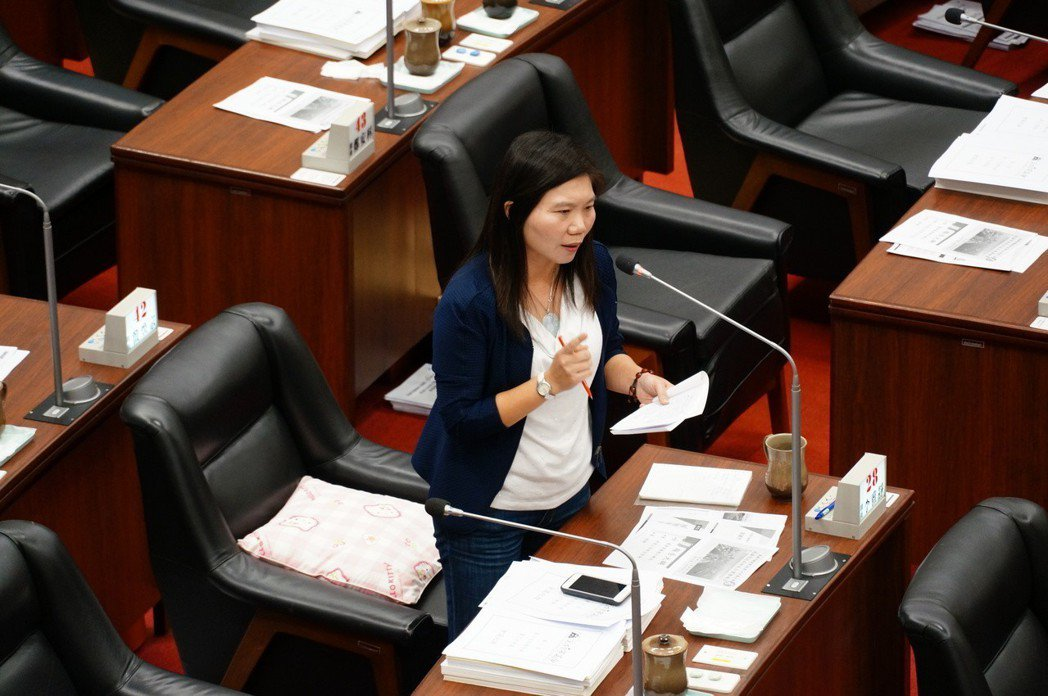 高市議員李雅靜今天質詢高雄銀行辦理慶富公司授信的缺失。記者林伯驊/攝影