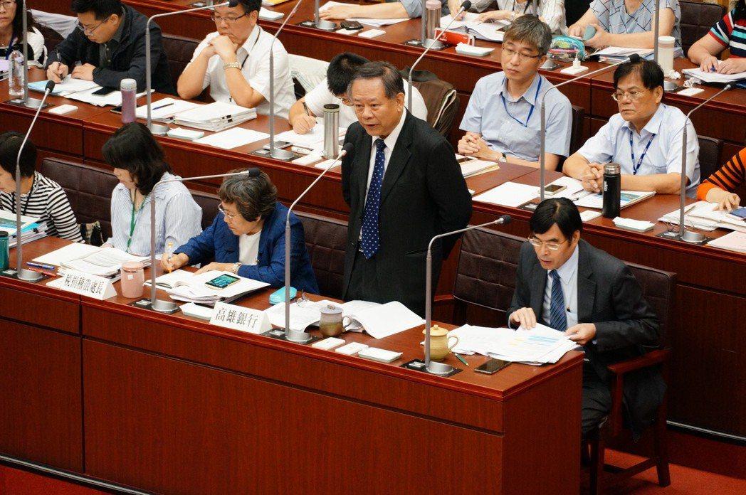 高銀董事長張雲鵬(前右二)、總經理王進安(前右一)。記者林伯驊/攝影