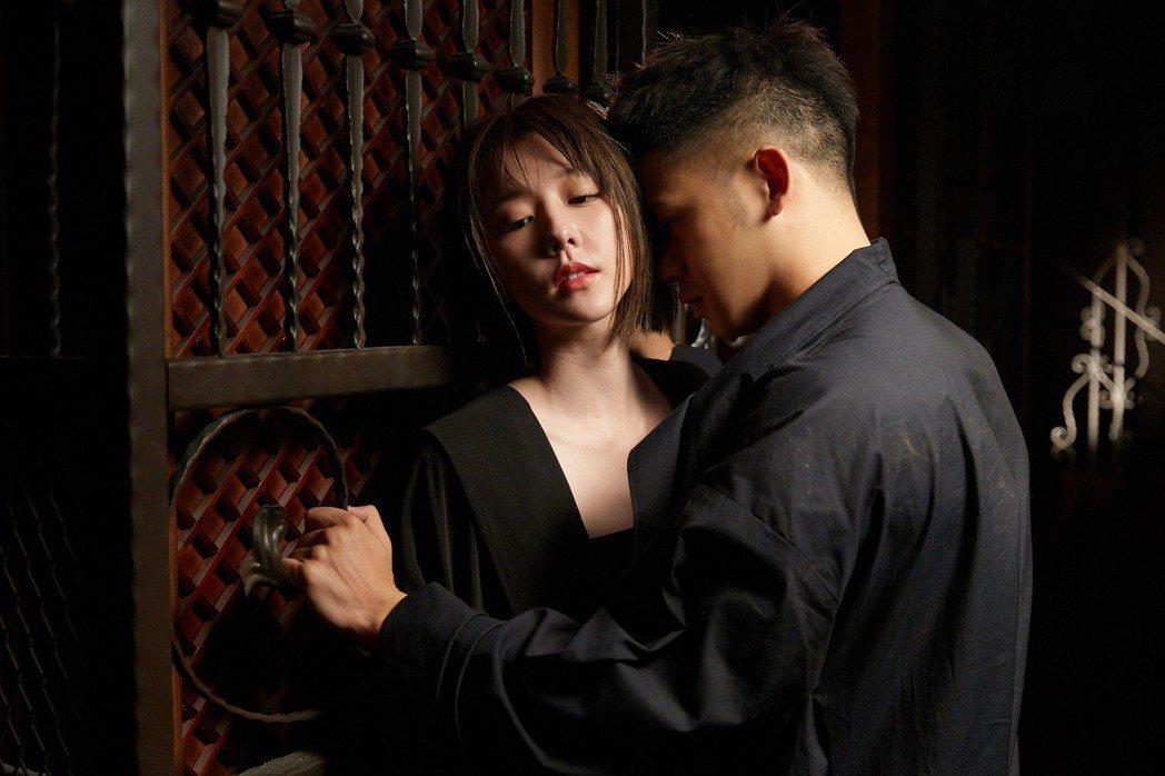 李淳(右)、邵雨薇為新歌MV,吃足苦頭。圖/寬宏藝術提供