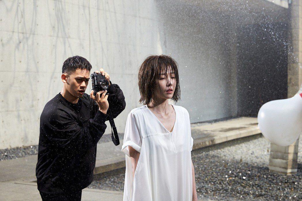 李淳(左)、邵雨薇為新歌MV,吃足苦頭。圖/寬宏藝術提供