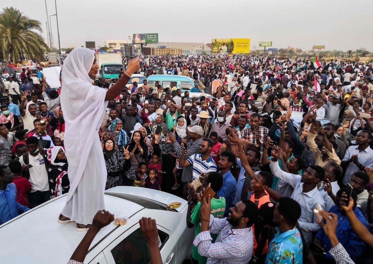 蘇丹民眾11日在首都喀土木的軍事總部外示威,要求總統巴希爾下台。圖為一名示威領袖...
