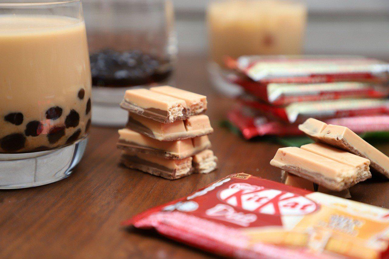 網路票選到泰國必買零食「雀巢奇巧奶茶風味巧克力」,即起在全家便利商店也買得到。圖...