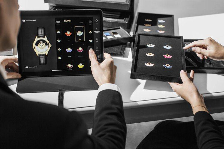 消費者能藉由訂製箱提供的素材,更清楚的得知搭配起來的質感,並由品牌服務人員,操作...