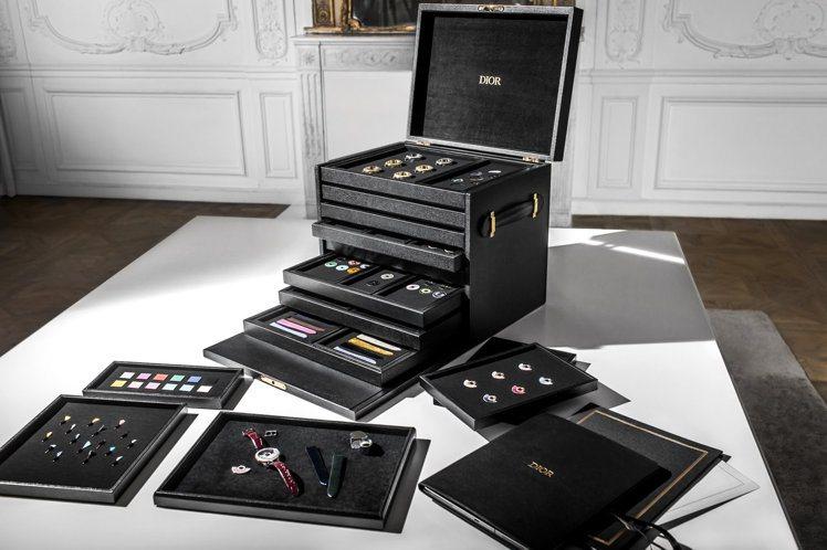 Dior還特別打造了一組Grand Bal Couture訂製箱,能陳列不同材質...