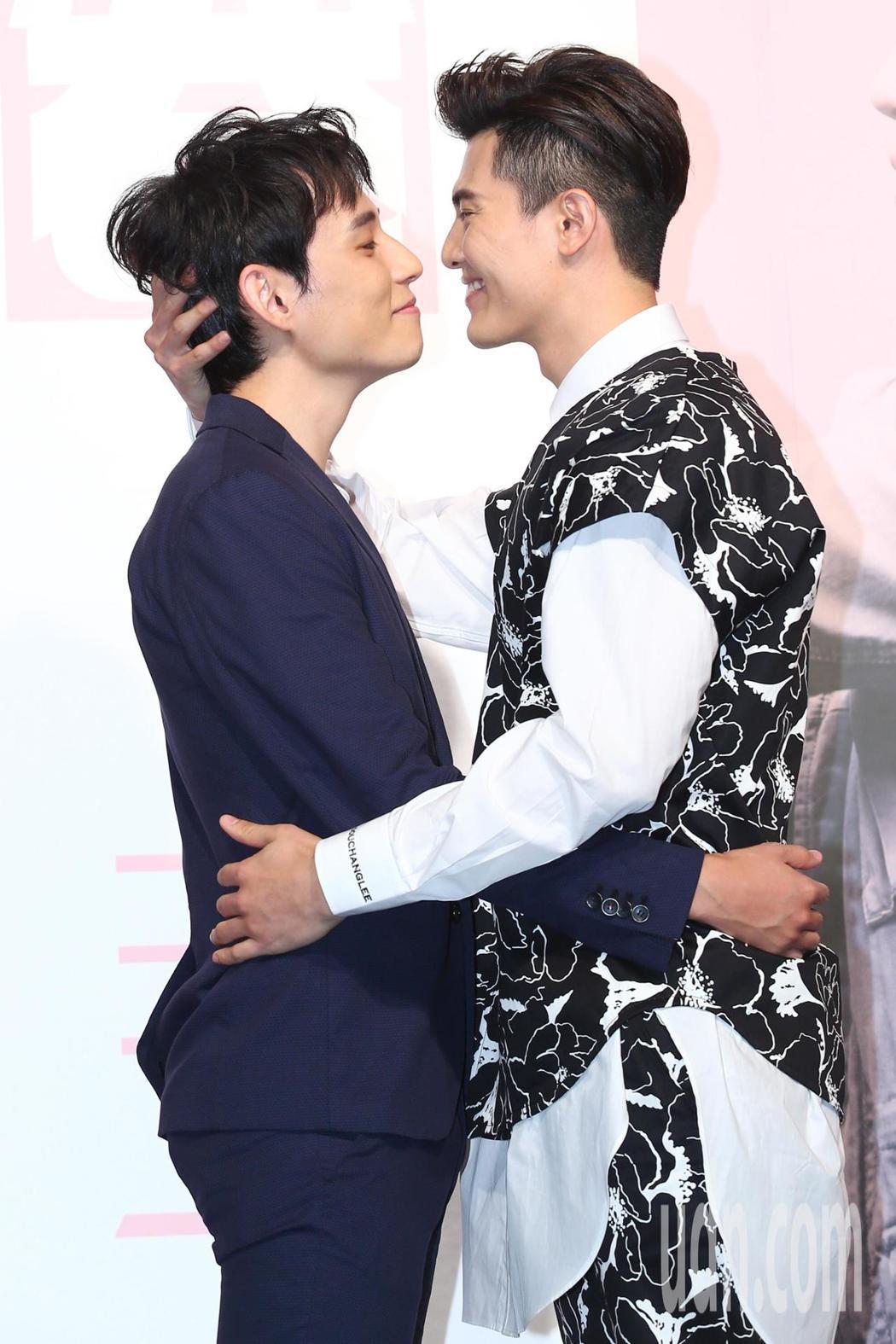 《HIStory3》新戲「圈套」舉行首映會,主要演員徐鈞浩(左)、吳承洋互動甜蜜...