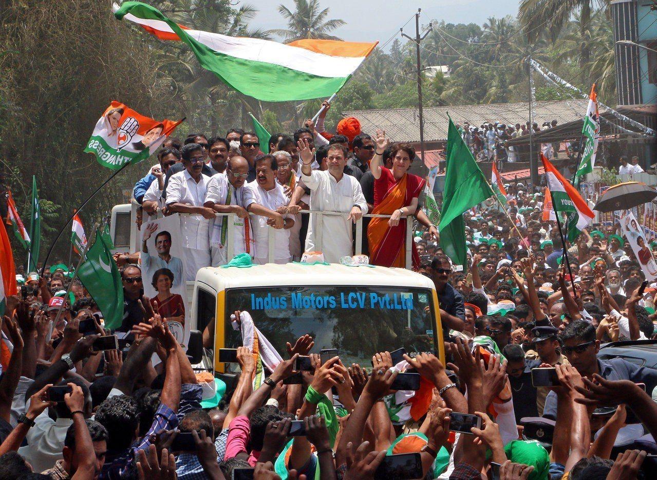 印度國大黨黨魁拉胡爾甘地向選民拜票。路透