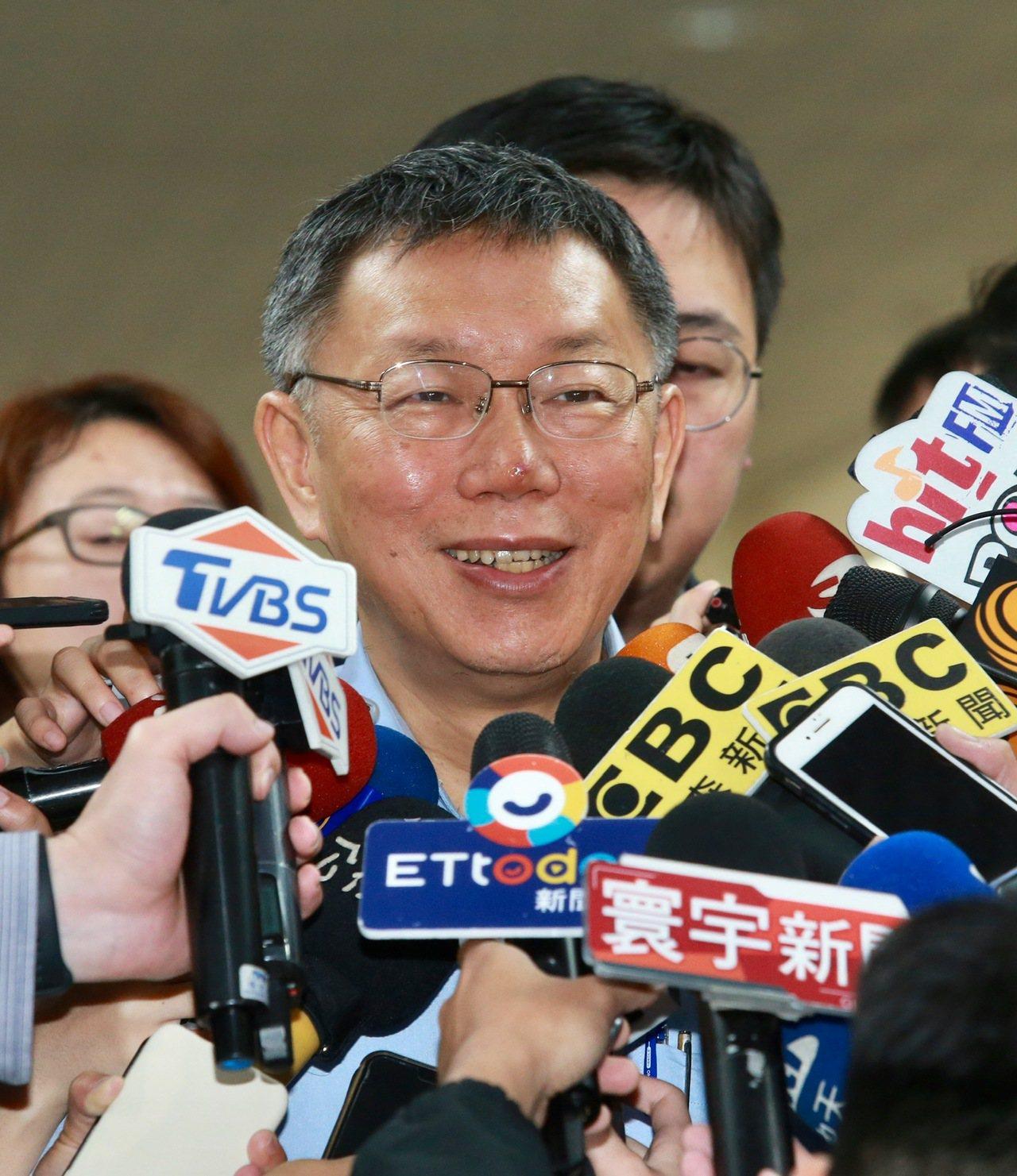 上海市台辦主任李文輝上午前往台北市政府拜會市長柯文哲(圖),柯會後受訪表示,兩岸...