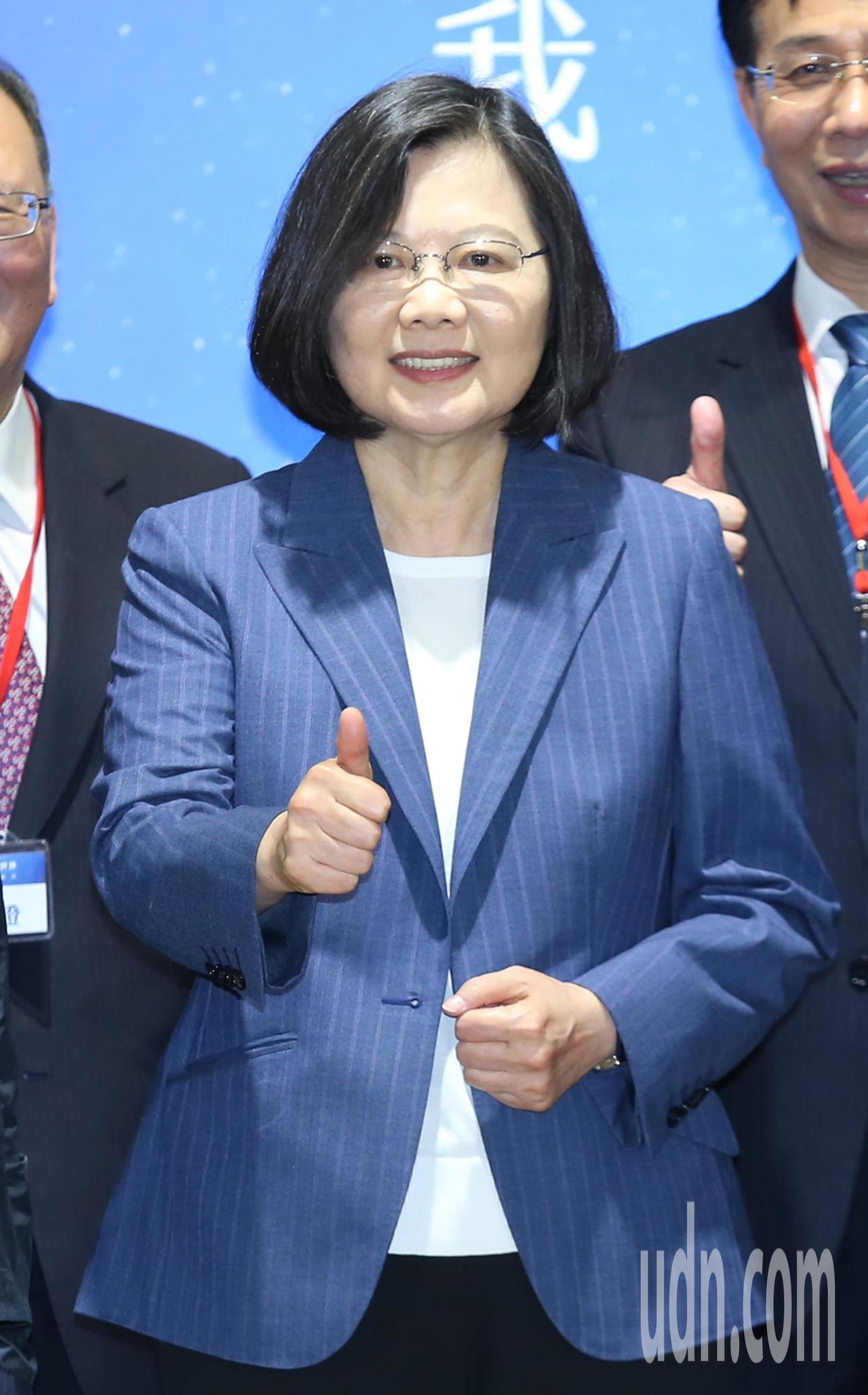 蔡英文總統下午出席「夢想啟程、勇闖世界」記者會,針對支持者給她的「辣台妹」封號,...