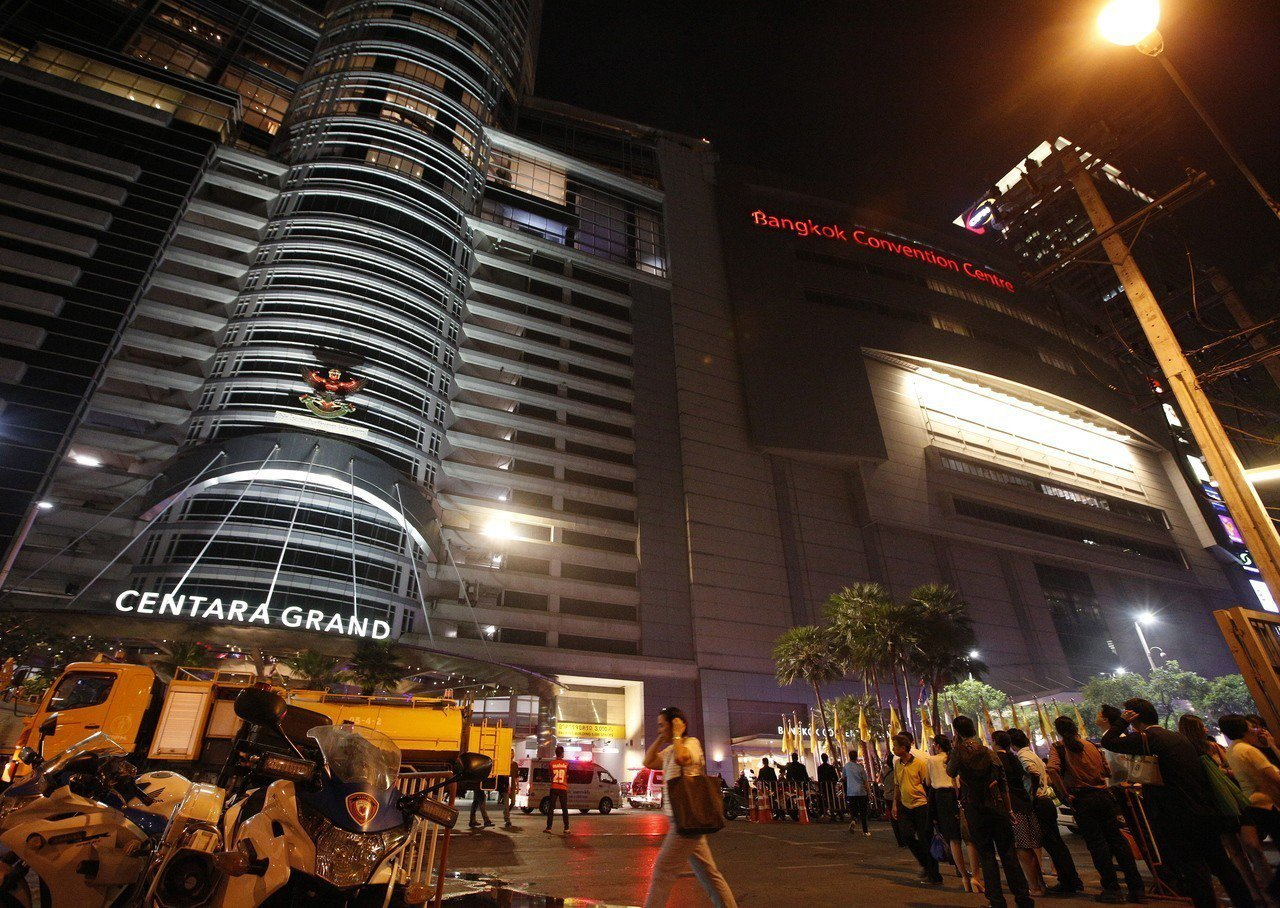 曼谷中央世界商場10日晚間發生大火,緊急疏散顧客。歐新社