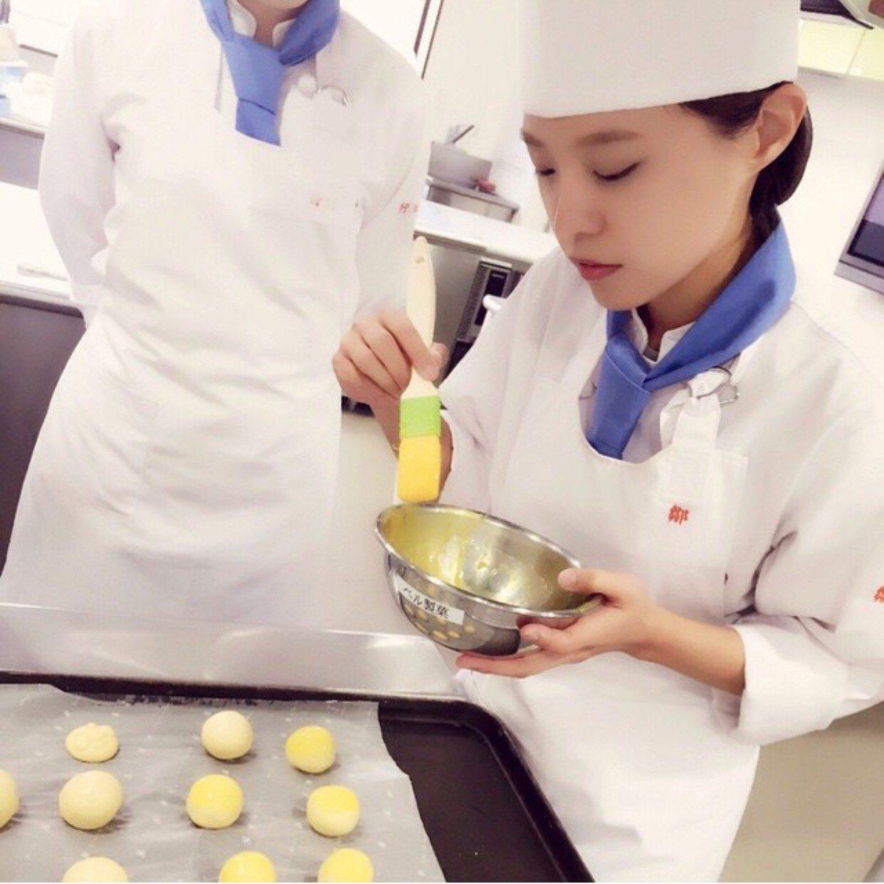 鄒曼荻在東京優雅製菓調理專門學校 進修期間,考取「製菓衛生師」。圖/至善高中提供