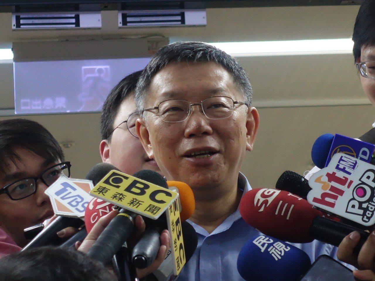 台北市長柯文哲今天下午赴議會進行施政報告時,被問到是否願意承諾4年做好做滿?柯文...