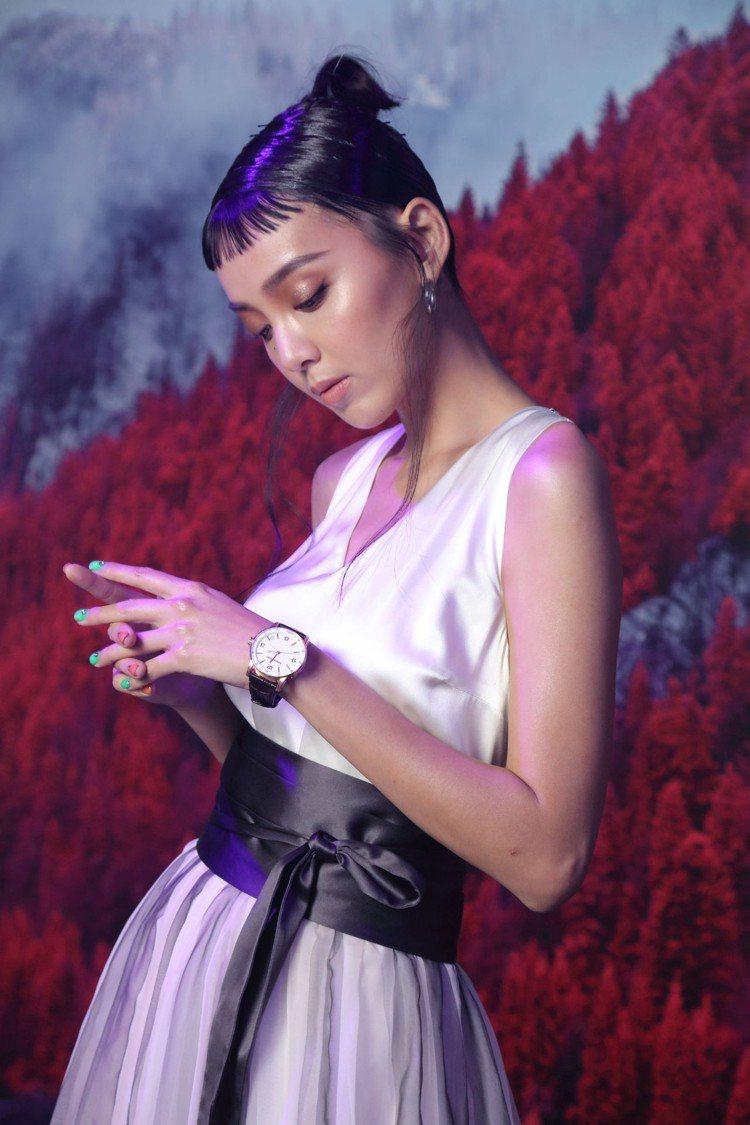 時尚潮模李函穿配戴Code 11.59系列自動上鍊腕表。圖/愛彼表提供