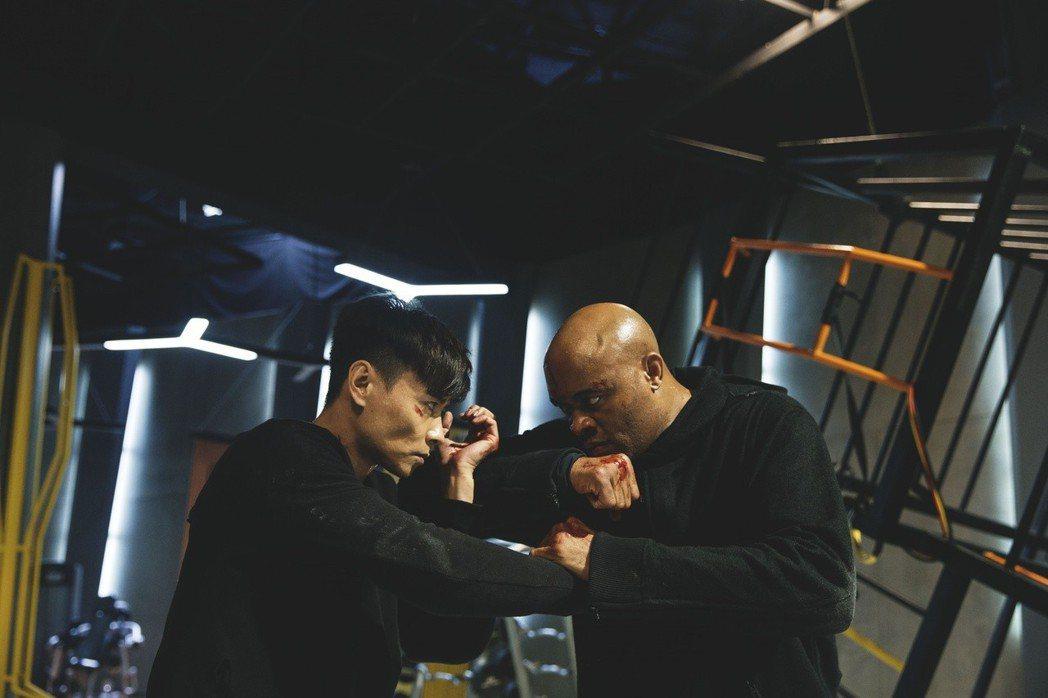 張晉(左)與安德森席爾瓦。圖/華映提供