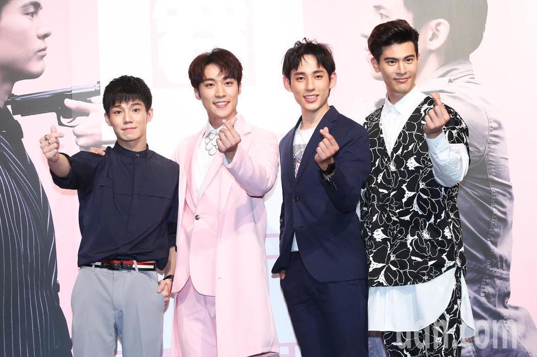 吳承洋(右起)、徐鈞浩、卞慶華、陳廷軒在「圈套」中上演BL戲碼。記者王騰毅/攝影