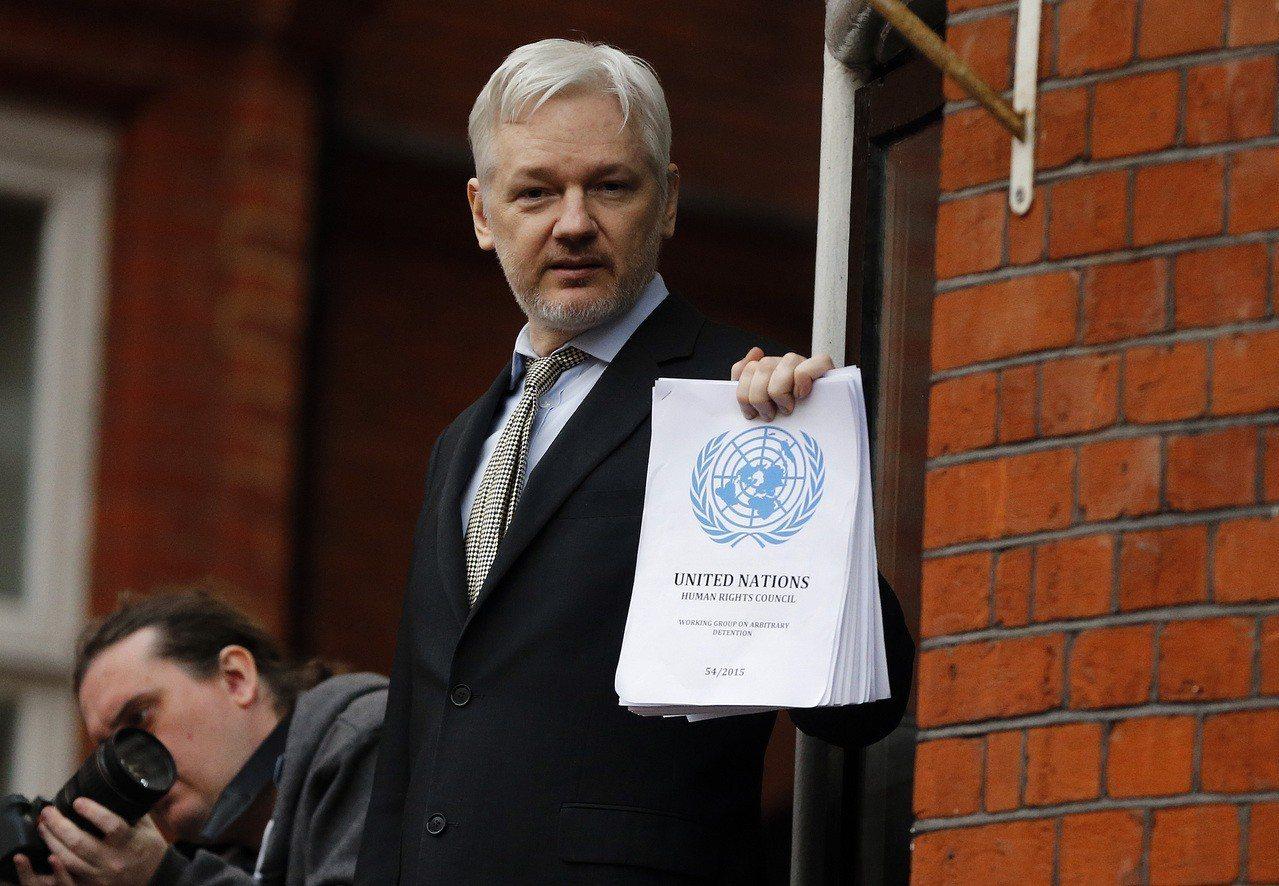 維基解密創辦人亞桑傑2016年在厄瓜多駐倫敦大使館陽台對記者發表談話。美聯社