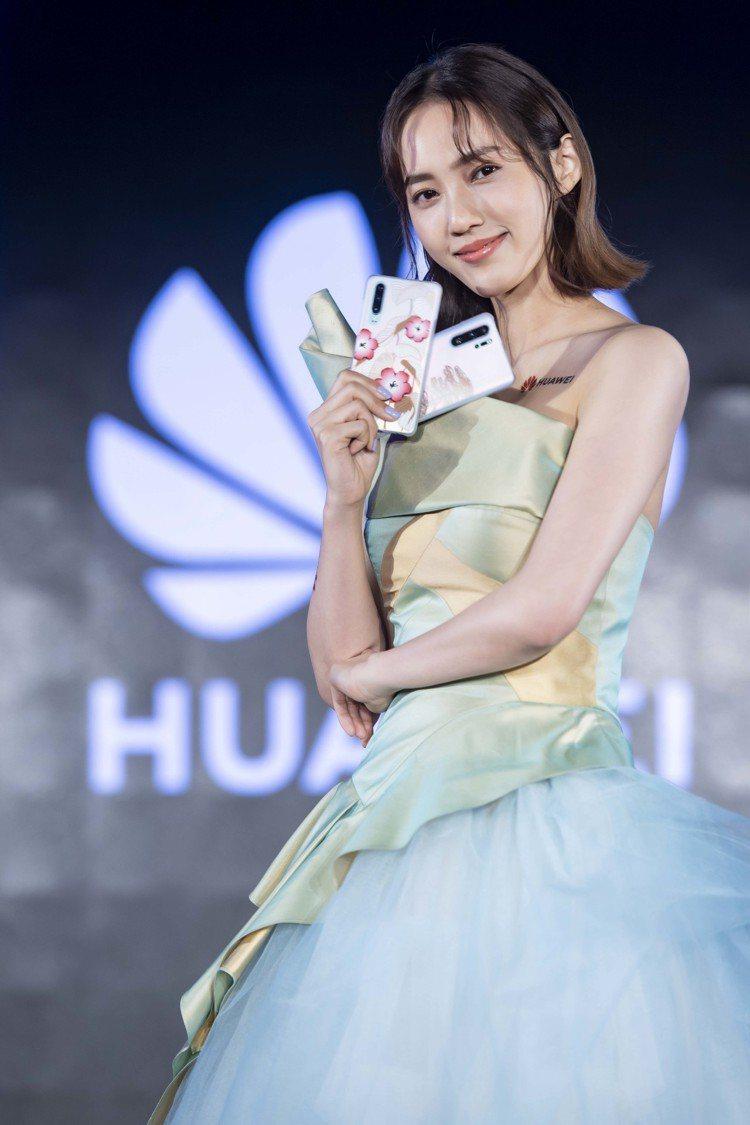王棠云穿著方國強團隊設計的高級訂製小禮服,展示「春日花卉款」與「春日叢林款」HU...