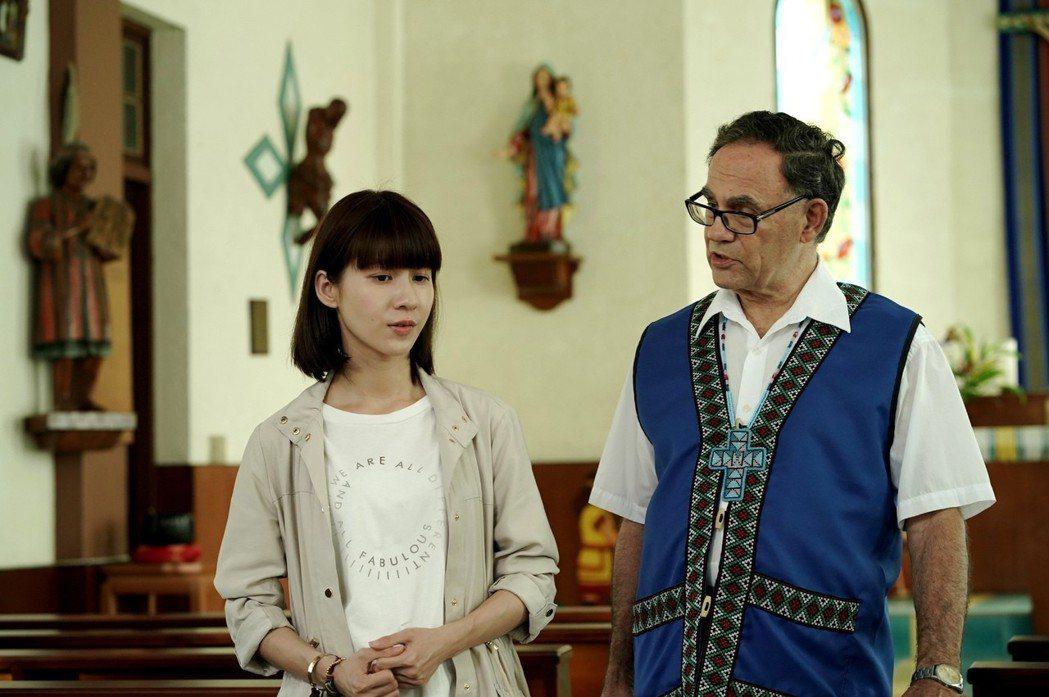 連俞涵(左)與丁松青神父對戲。圖/三立提供