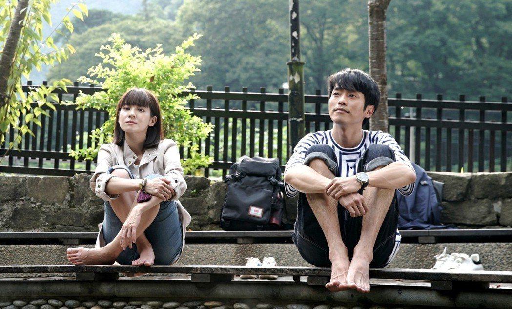 張棟樑(右)與連俞涵為戲走訪台灣許多景點。圖/三立提供