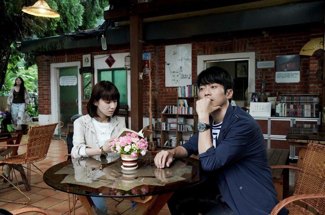 張棟樑(右)與連俞涵在「三毛夢屋」拍攝。圖/三立提供