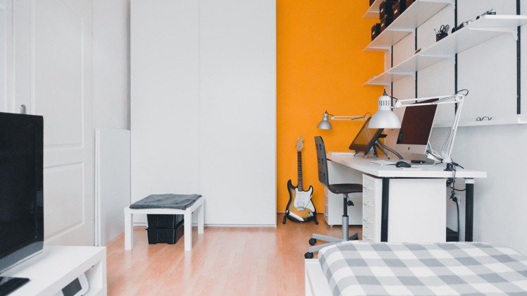 書桌與床鋪上方,不要放高低的層架。圖/摘自Pelexs