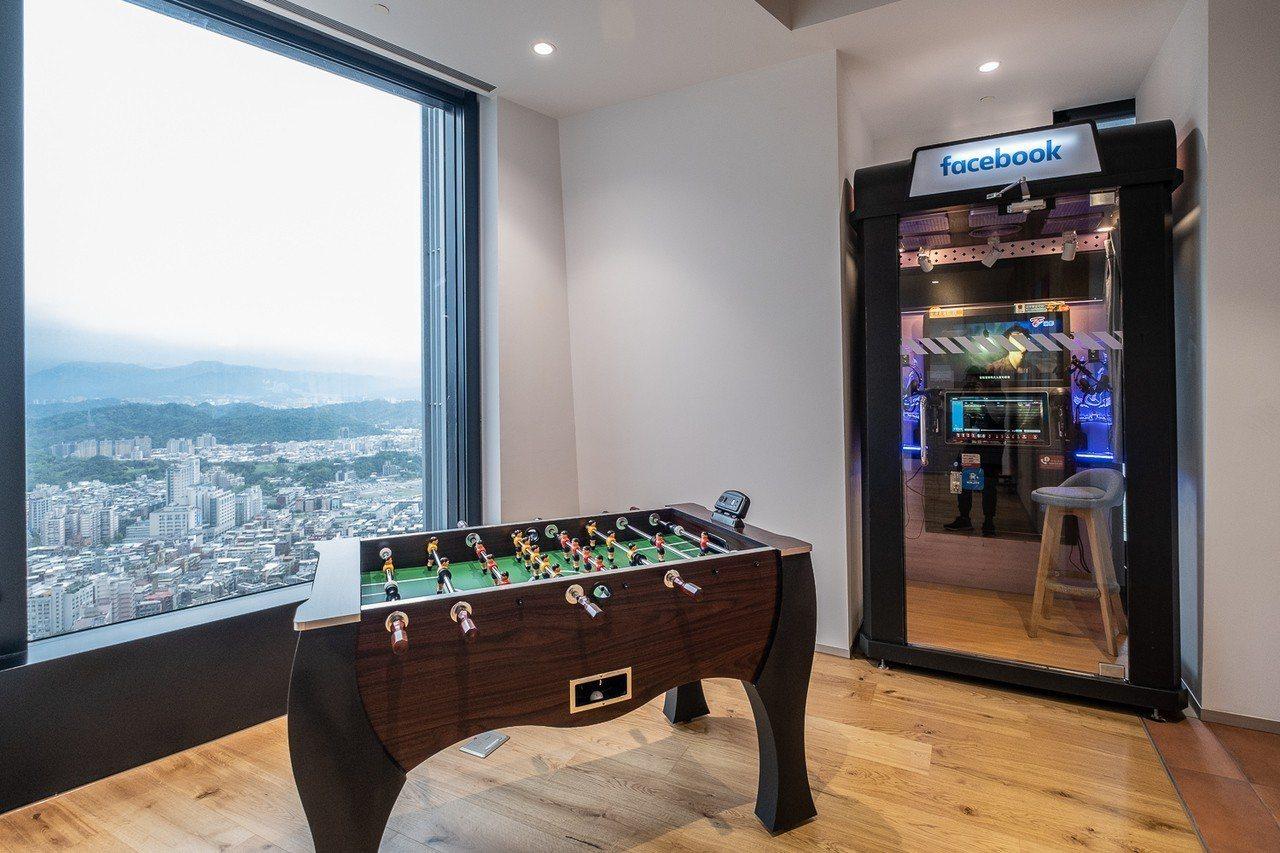 遊戲區設置迷你電話亭KTV和足球桌等,提供員工多樣娛樂選擇,透過互動產生連結、激...