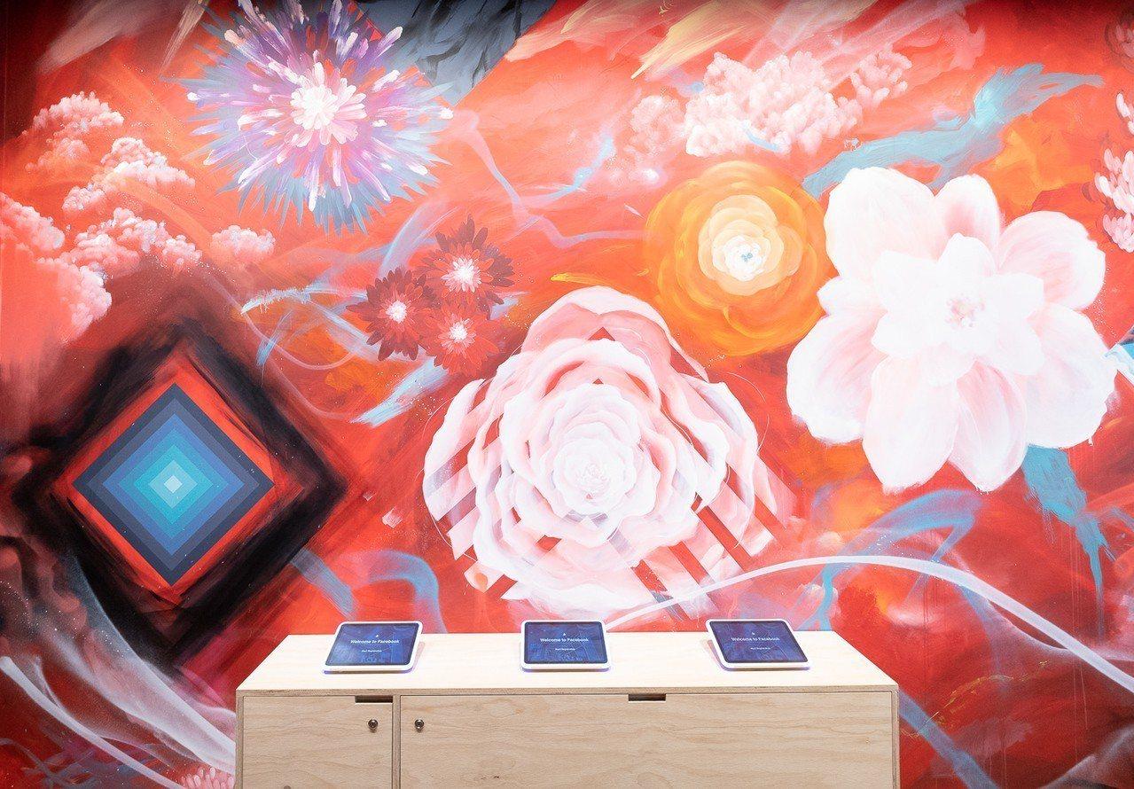 由在地藝術家DEBE創作的藝術牆,受到台灣獨特自然美景的啟發,以各種色彩鮮豔的花...