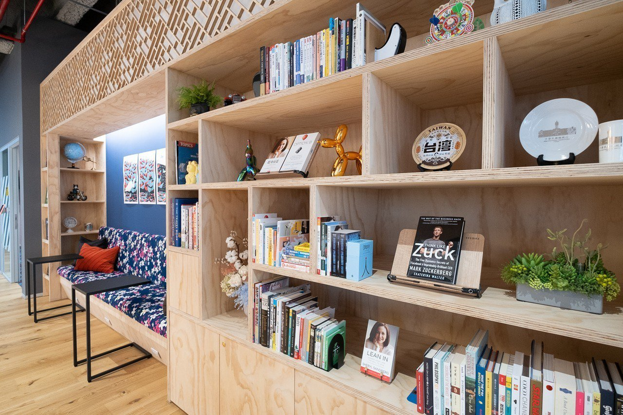 辦公室設置了圖書區,鼓勵員工保持閱讀習慣。圖/Facebook台灣提供