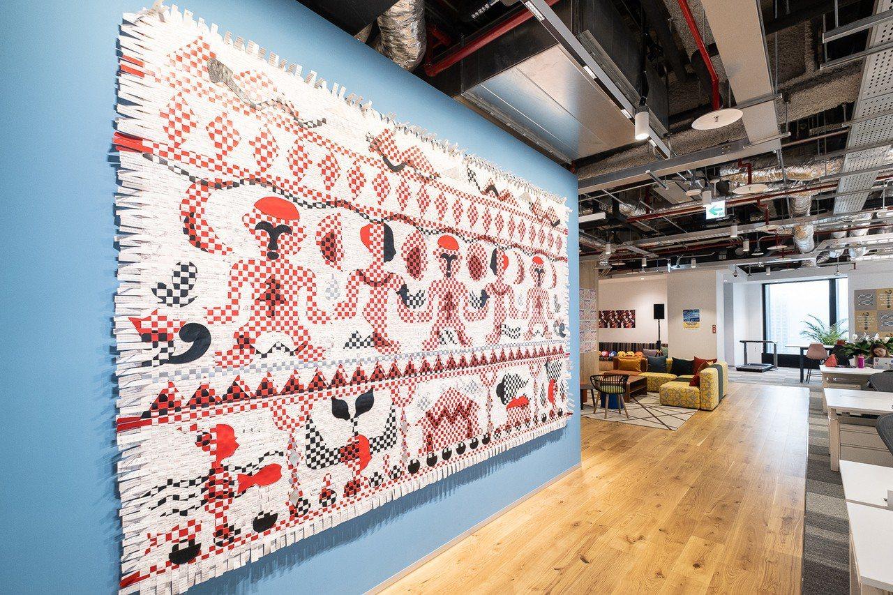 在地藝術家吳耿禎利用廢紙搭配剪紙和編織等傳統工藝,呈現台灣及近海島嶼的各種口述歷...