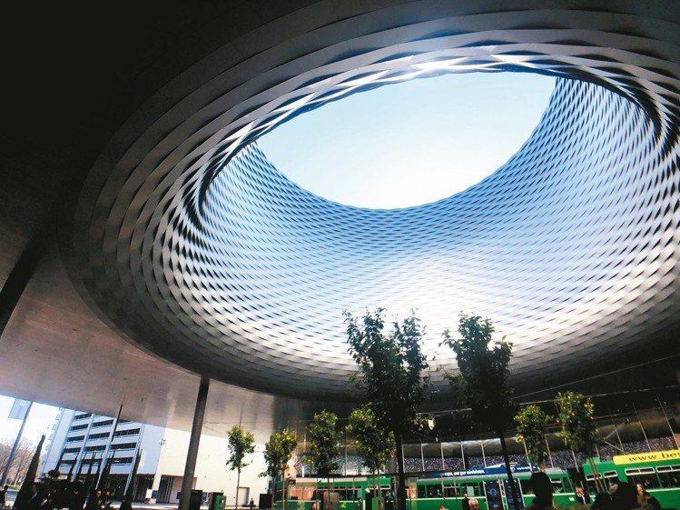 巴塞爾珠寶鐘表展展館門口的廣場。 記者孫曼/攝影
