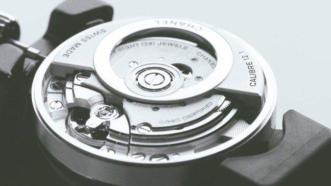 香奈兒經典的J12基本款今年首度改款並換上自家機芯。