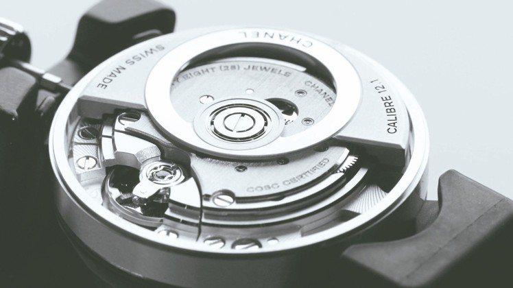 香奈兒經典的J12基本款今年首度改款並換上自家機芯。 圖/香奈兒提供