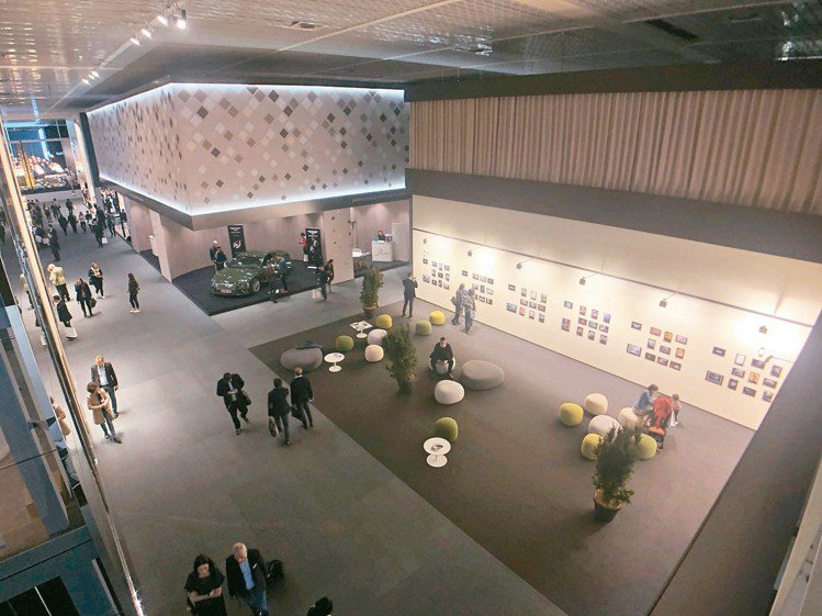 主展館一樓後方特別設立攝影藝廊和休憩座位,參展品牌減少而多出來的空間。 記者孫曼...